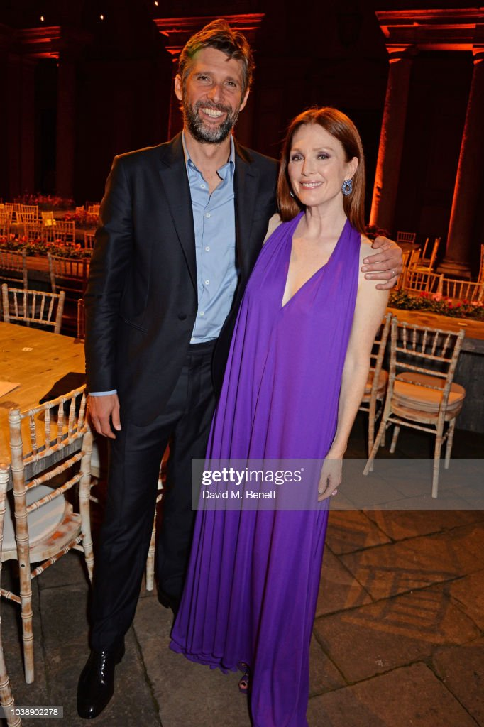 bart-freundlich-and-julianne-moore-attend-the-green-carpet-fashion-picture-id1038902278