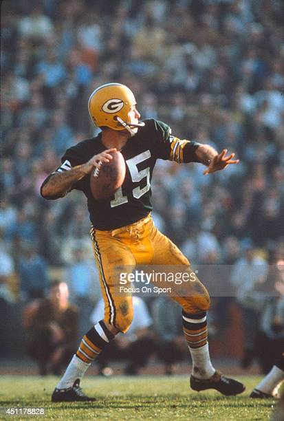 Bart Starr of the Green Bay Packers drops back to pass against the Kansas City Chiefs during Super Bowl I January 15 1967 at the Los Angeles Coliseum...