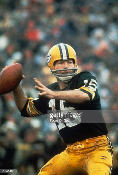 Bart Starr of the Green Bay Packers throws a pass during Super Bowl I against the Kansas City Chiefs at Memorial Coliseum on October 15 1967 in Los...