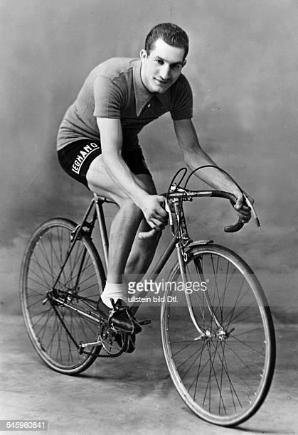 Bartali Gino *Radrennfahrer ItalienSieger Tour de France Sieger Giro d'Italia in Rennkleidung auf seinem Rennrad undatiert