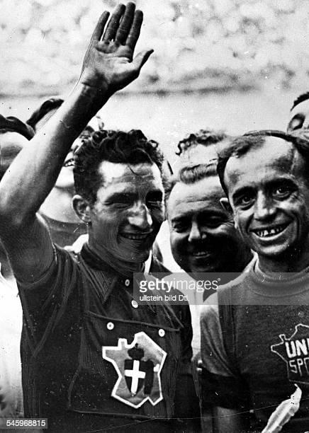 Bartali Gino *Radrennfahrer ItalienSieger Tour de France Sieger Giro d'Italia Siegerehrung der Tour de France in Paris GB winkt rechts unbekannt