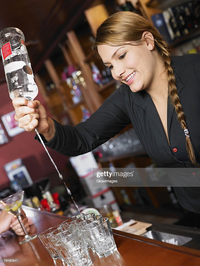 Bartender making drinks at a bar counter : Foto de stock