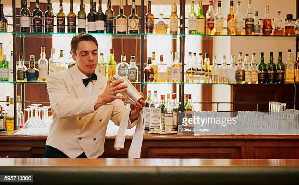 bartender mixing cocktails at la barbacane - guy carcassonne photos et images de collection