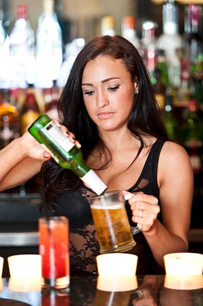 Barman servant une bière