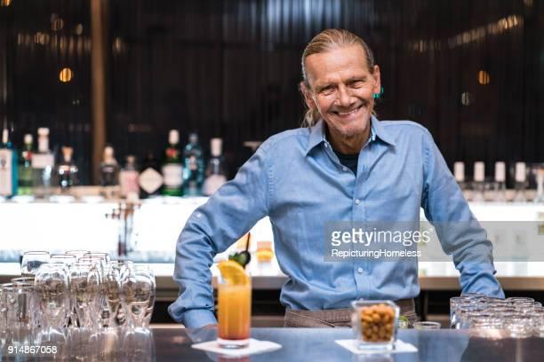 Barmann lächelt in die Kamera