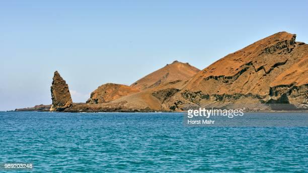 bartolome island with pinnacle rock, from the water, galapagos province, galapagos islands, ecuador - pinnacle rock formation stock-fotos und bilder