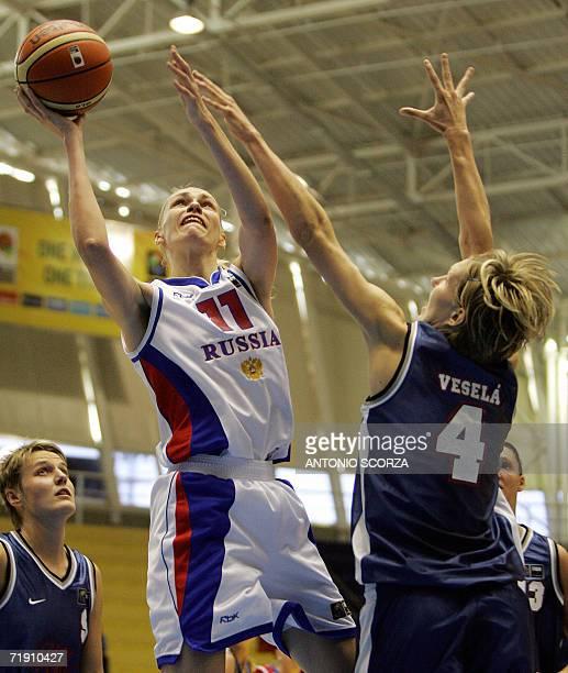 Russia's Maria Stepanova jumps to shoot over Jana Vesela of Czech Republic during their FIBA World Championship for Women Brazil 2006 match 17...