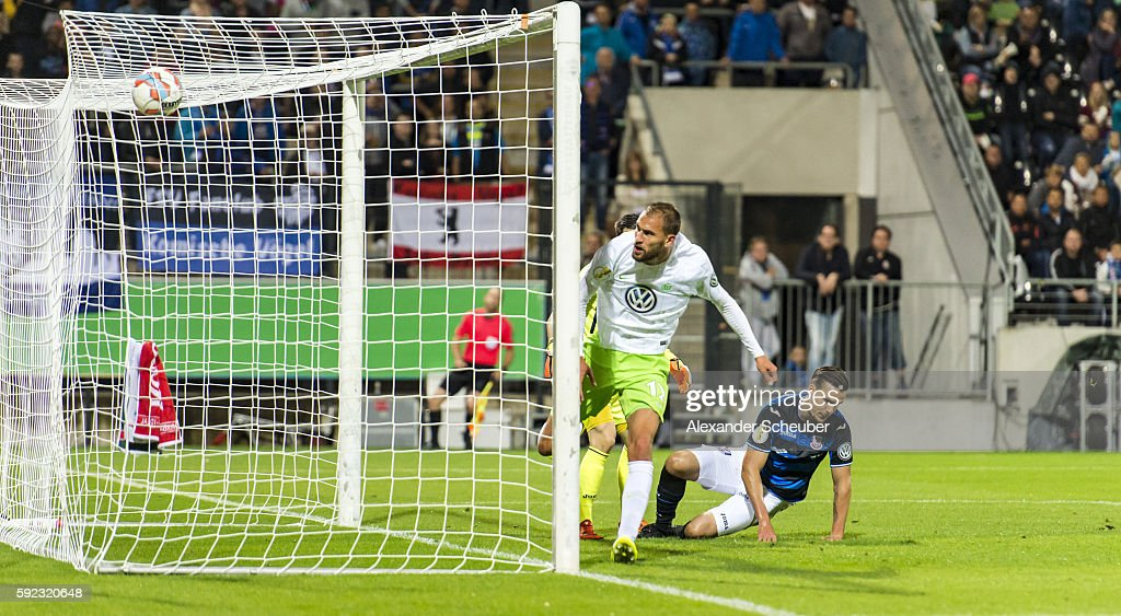 Bas Dost of VfL Wolfsburg scores the second goal for his team against Christopher Schorch of FSV Frankfurt during the DFB Cup match between FSV Frankfurt and VfL Wolfsburg at Frankfurter Volksbank Stadion on August 20, 2016 in Frankfurt am Main, Germany.
