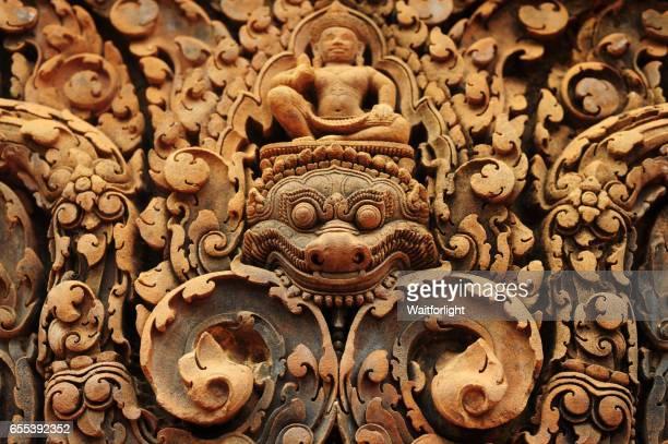 bas relief at banteay srei temple - banteay srei stockfoto's en -beelden