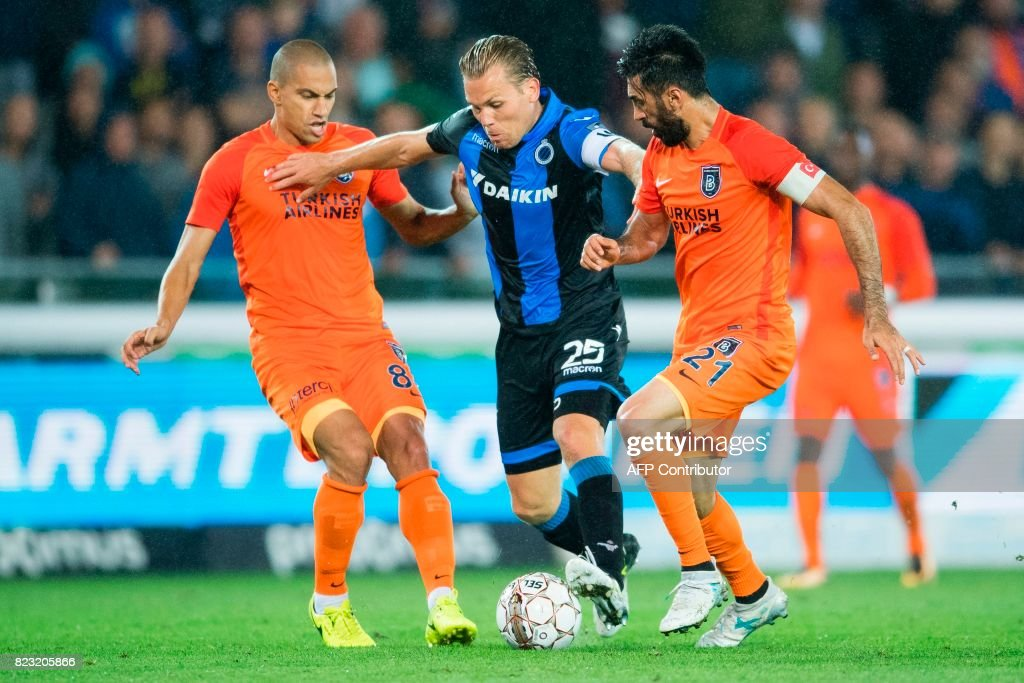 Basaksehir's Mossoro (L) and Mahmut Tekdemir (R) vie with Club's Ruud Vormer during the first leg of the third qualifying round football match for the UEFA Champions League competition between Belgian team Club Brugge KSV and Turkish club Istanbul Basaksehir FK, on July 26, 2017 in Brugge. / AFP PHOTO / BELGA / JASPER JACOBS / Belgium OUT