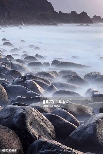basalt boulders in the ocean, el golfo, unesco biosphärenreservat, el hierro, kanarische inseln, spanien - spanien - fotografias e filmes do acervo