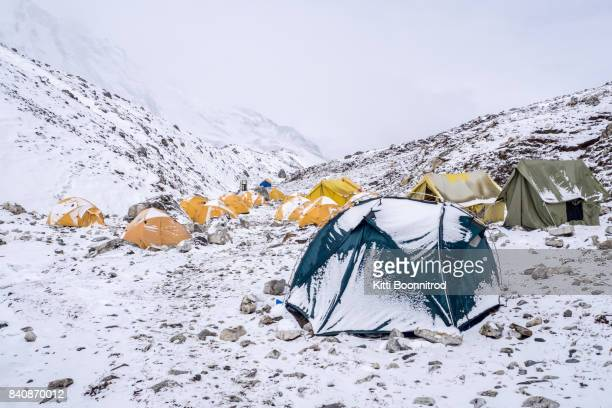 base camp of island peak after snowing in nepal - mont everest photos et images de collection