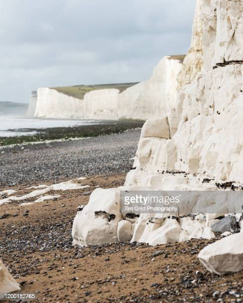 base of seven sisters cliffs, east sussex, uk - 方解石 ストックフォトと画像