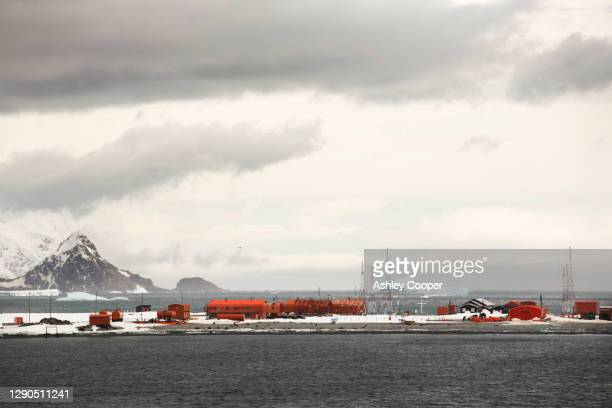 base orcadas is an argentine scientific station in antarctica, and the oldest of the stations in antarctica still in operation. - south orkney island stock pictures, royalty-free photos & images