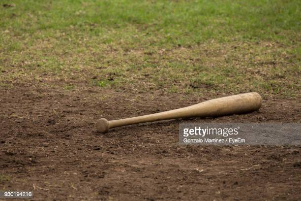 baseball bat on field - bastão de beisebol - fotografias e filmes do acervo