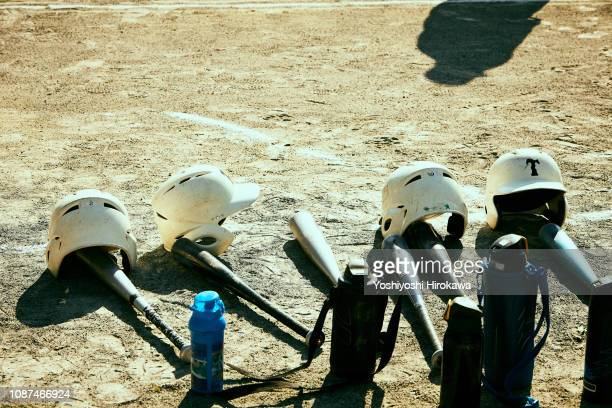 baseball bat,helmet and thermos bottle put on ground. - sporting term photos et images de collection