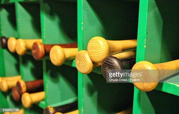baseball bats on shelves - bastão de beisebol - fotografias e filmes do acervo