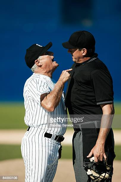 baseball coach and umpire arguing - juiz desportos imagens e fotografias de stock