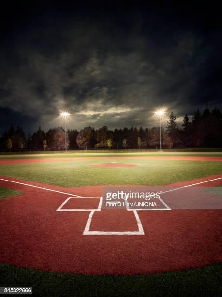 baseball field at night - terrain de baseball photos et images de collection