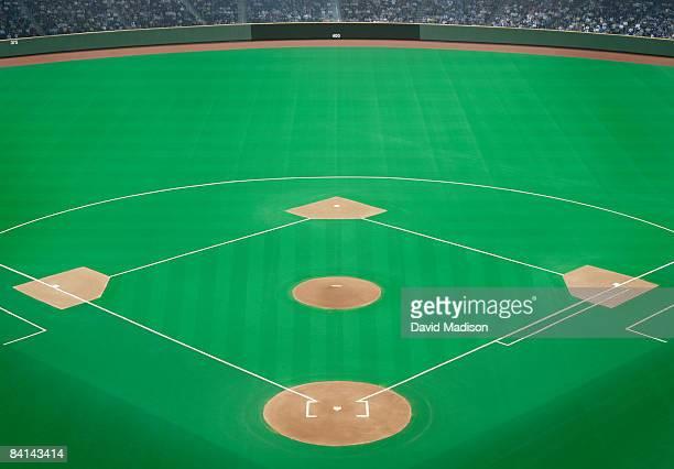 baseball field with crowd in background - terrain de baseball photos et images de collection