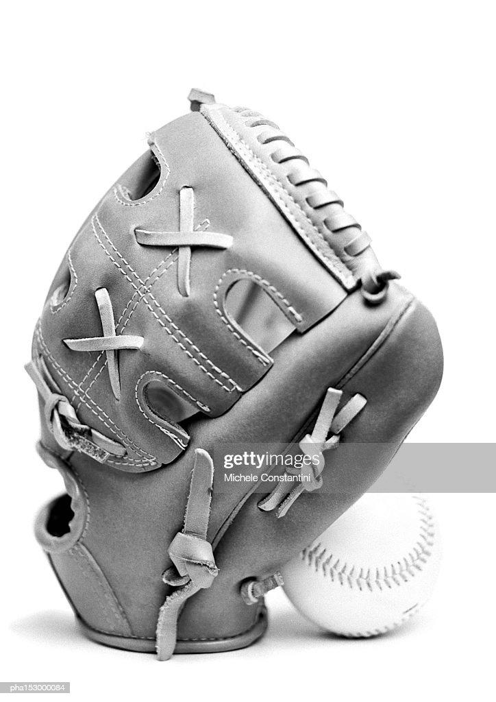 Baseball glove and ball, b&w. : Stockfoto
