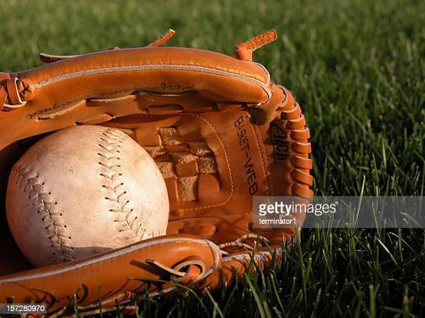 野球用グローブ保持ソフトボール - つかまえる ストックフォトと画像