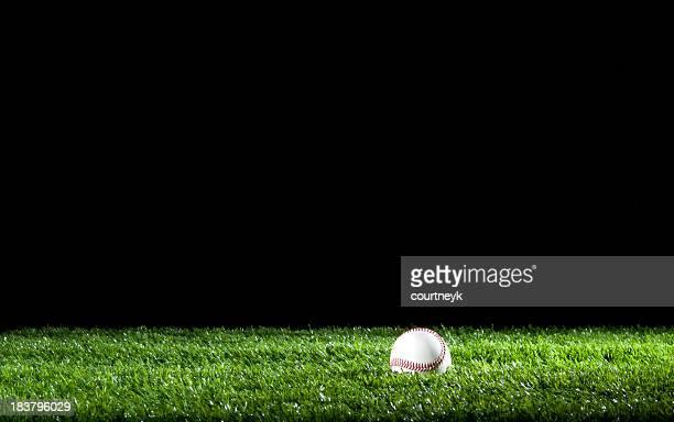 Baseball im Gras in der Nacht