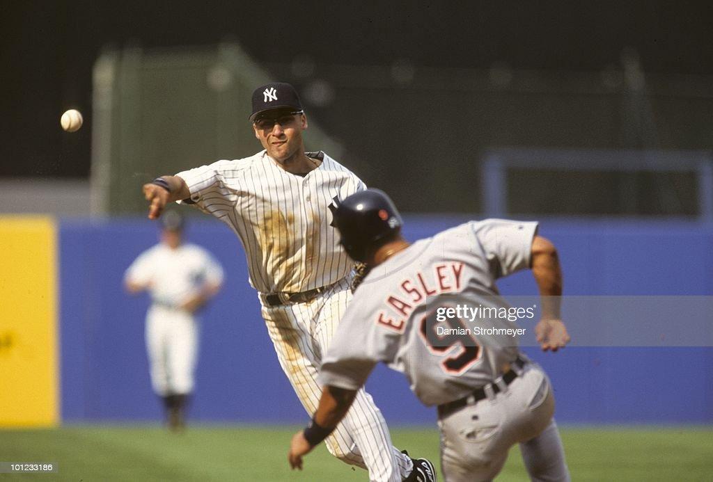 New York Yankees Derek Jeter 2 In Action Vs Detroit Tigers Bronx