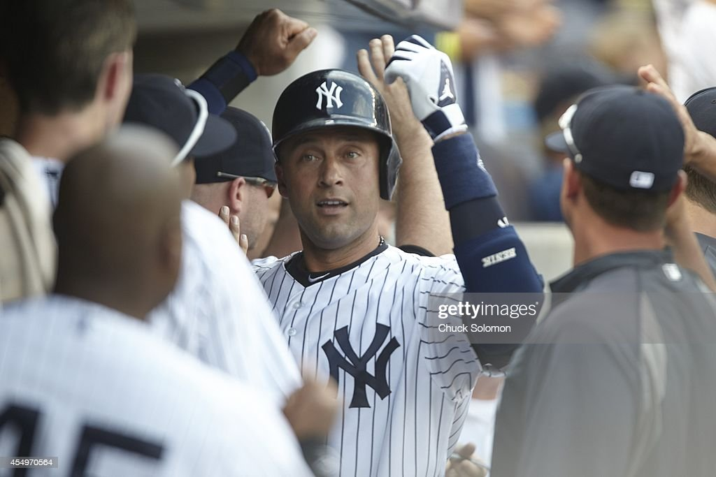 Images EmbarqueesLicence New York Yankees Derek Jeter 2 Victorious In Dugout With Teammates During Game Vs