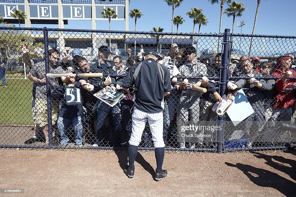 ca51e4d5e76 New York Yankees Ichiro Suzuki signing autographs for fans before ...