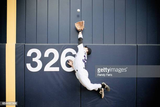 baseball outfielder leaping for fly ball - home run stock pictures, royalty-free photos & images
