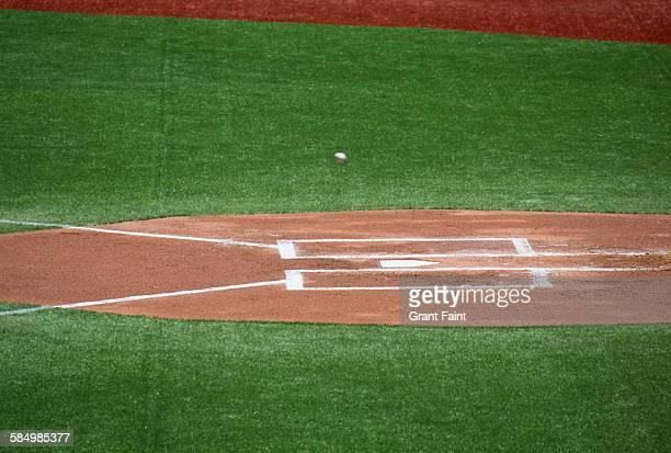 baseball passing home plate - スポーツ ホームベース ストックフォトと画像