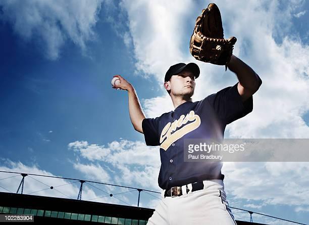 野球のピッチャー製のボールを準備 - 野球選手 ストックフォトと画像