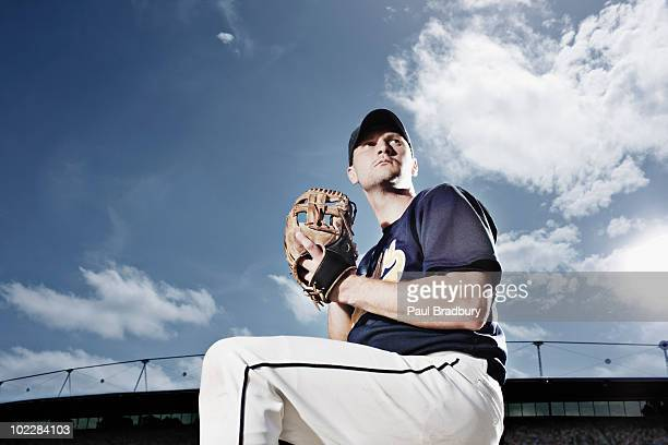 baseball pitcher preparing to throw ball - pitcher stockfoto's en -beelden