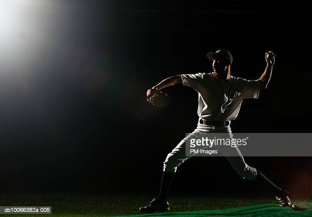baseball pitcher releasing ball - pitcher stockfoto's en -beelden