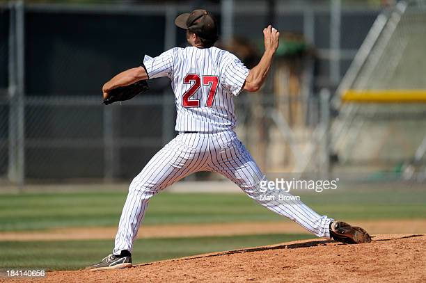 baseball pitcher throwing the ball - pitcher stockfoto's en -beelden