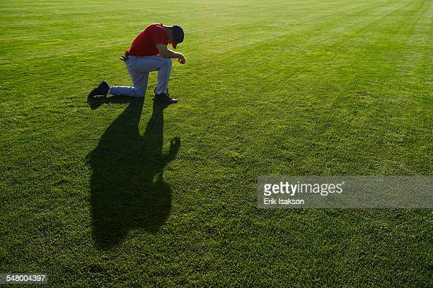 baseball player kneeling on field - 敗北 ストックフォトと画像