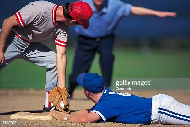 baseball player sliding into base safely - atleta papel social fotografías e imágenes de stock