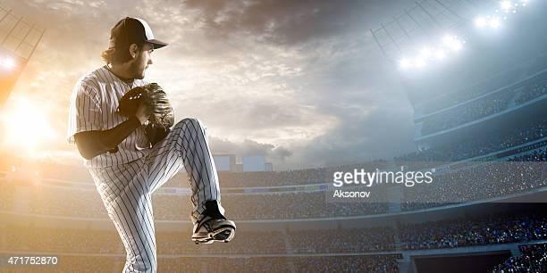 Jugador de béisbol lanzar una pelota en estadio