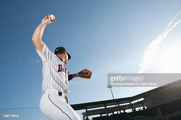 baseball player throwing ball - pitcher stockfoto's en -beelden