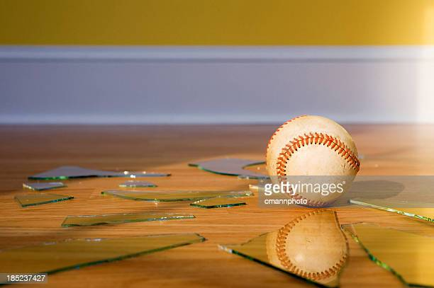Baseball mit gebrochenen Window glass on wood Etage