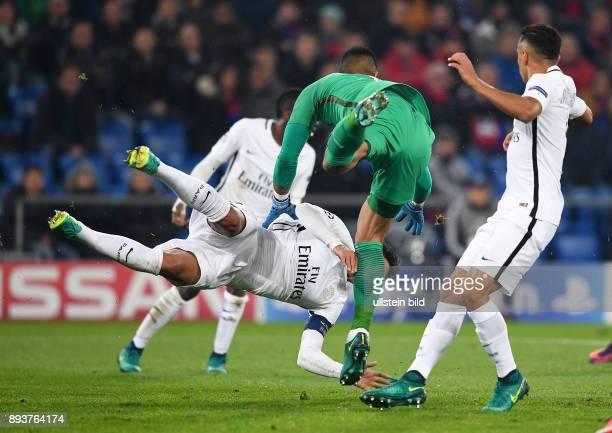 FUSSBALL FC Basel Paris SaintGermain Abflug Thiago Silva kracht in Torwart Torwart Alphonse Areola
