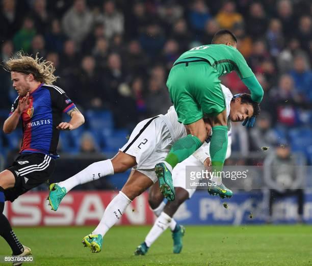 FUSSBALL FC Basel Paris SaintGermain Abflug Thiago Silva kracht in Torwart Torwart Alphonse Areola und Birkir Bjarnason