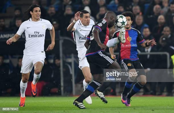 FUSSBALL FC Basel Paris SaintGermain Angel Di Maria gegen Eder Balanta beobachtet von Edinson Cavani