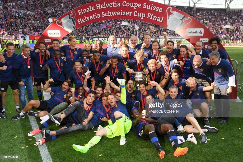 FC Basel players pose with the cup after winning the Swiss football cup final between FC Basel and FC Sion on May 25, 2017 at the Stade de Geneve in Geneva. / AFP PHOTO / Fabrice COFFRINI