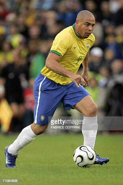Brazil's forward Ronaldo controls the ball during a friendly football game against FC Luzern Selection in preparation for the 2006 World Cup 30 May...