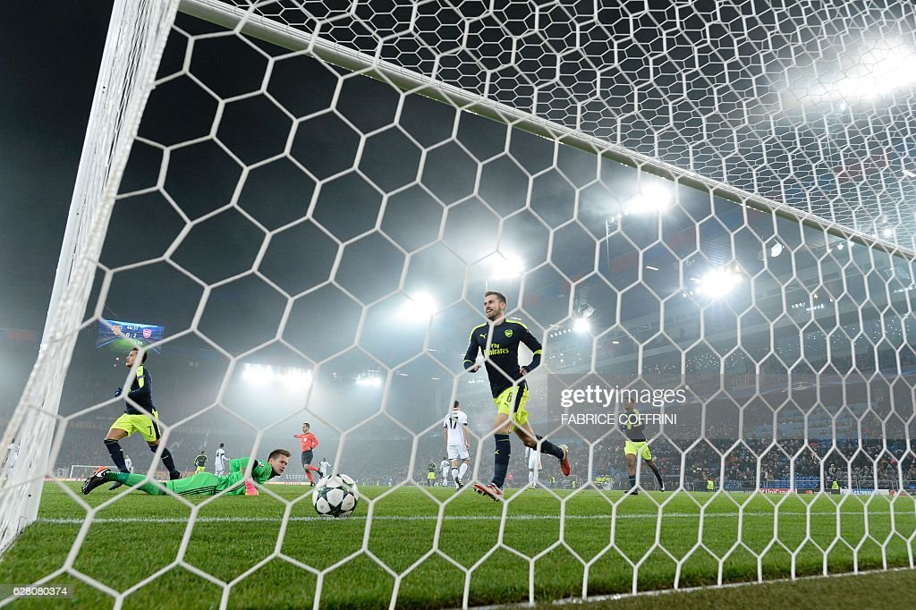 Basel's Czech goalkeeper Tomas Vaclik (2ndL) reacts after the second goal scored by Arsenal during the UEFA Champions league Group A football match between FC Basel 1893 and Arsenal FC on December 6, 2016 at the St Jakob Park stadium in Basel. / AFP / FABRICE