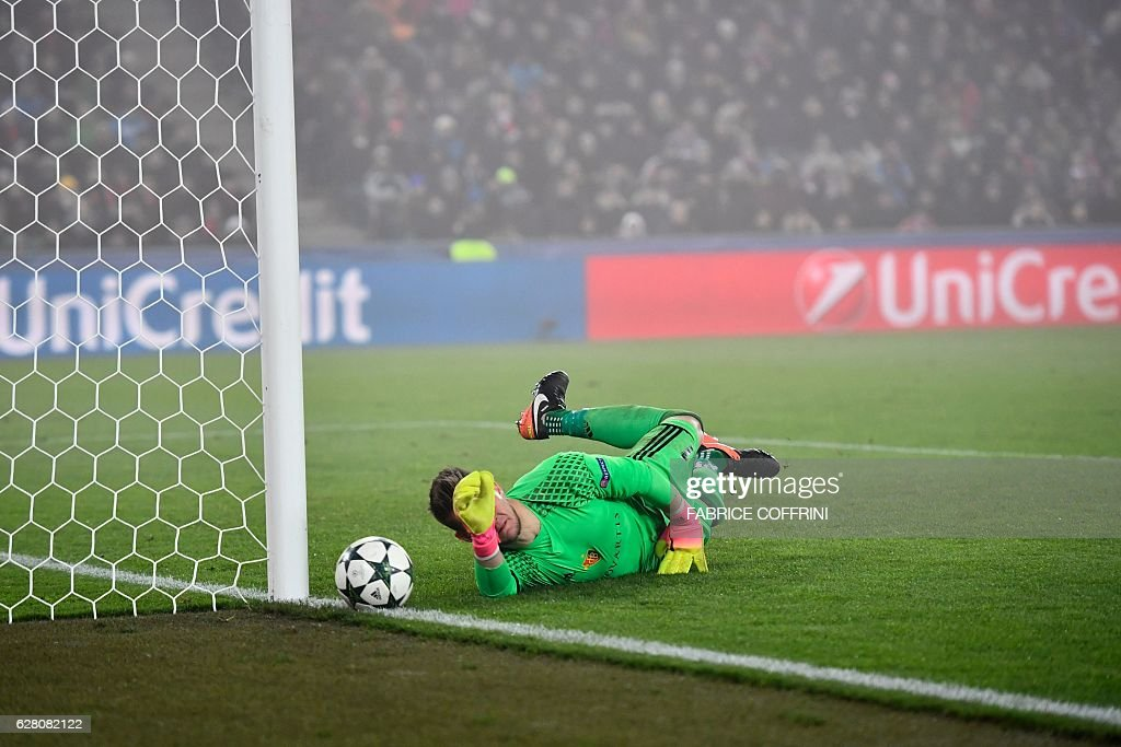 Basel's Czech goalkeeper Tomas Vaclik tries to catch the ball during the UEFA Champions league Group A football match between FC Basel 1893 and Arsenal FC on December 6, 2016 at the St Jakob Park stadium in Basel. / AFP / Fabrice COFFRINI