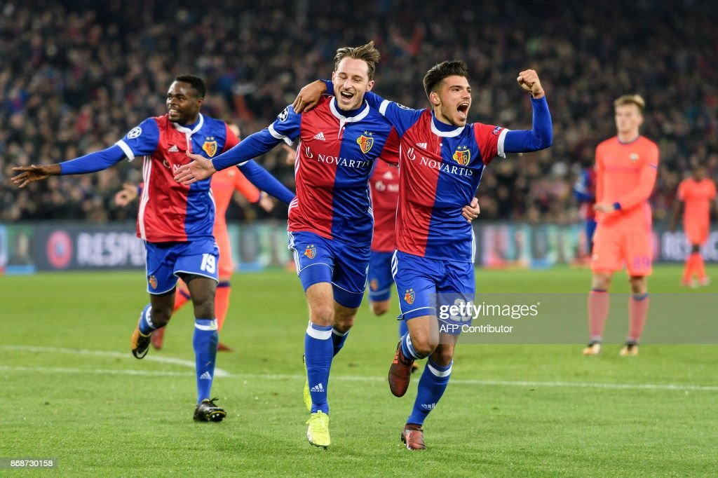 Basel's Swiss midfielder Luca Zuffi (C) celebrates with teammates Italian defender Raoul Petretta (R) after scoring a goal during the UEFA Champions League Group A football match between FC Basel and CSKA Moscow at Saint Jakob-Park Stadium on October 31, 2017 in Basel. / AFP PHOTO / Fabrice COFFRINI