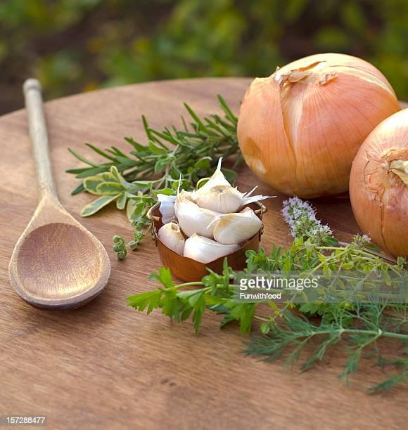 Base d'ingrédients frais et de l'ail, les oignons, romarin et à la sauge, le thym & herbes